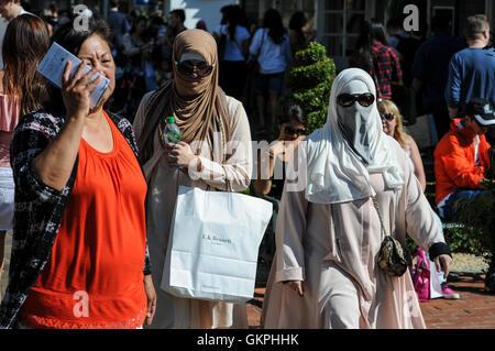 Muslimische Frauen tragen Hijab Kleidung shopping in Maasmechelen Village Einzelhandel - Stockfoto