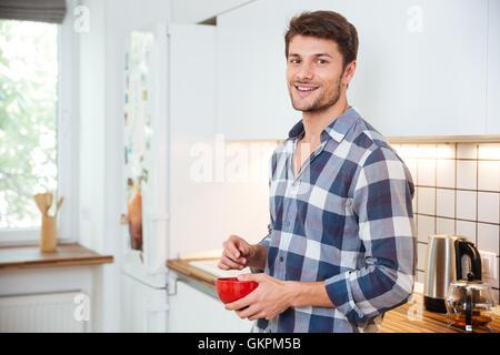 MANN IN DER KÜCHE ESSEN MÜSLI Stockfoto, Bild: 11310974 - Alamy