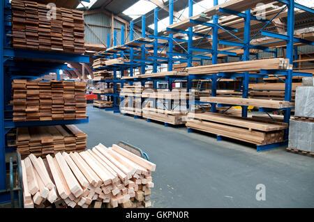 Holzlagerung in einem Lagerhaus Sägewerke - Stockfoto