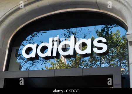 Adidas-Logo auf über dem Eingang zum Shop am Passeig de Gràcia, Barcelona, Katalonien, Spanien - Stockfoto