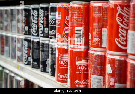 Metro Red Bull Kühlschrank : Coca cola dosen auf einem regal in der metro store ayala center