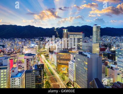 Kobe, Japan Skyline Innenstadt im Stadtteil Sannomiya vor dem Hintergrund des Gebirges Rokko. - Stockfoto