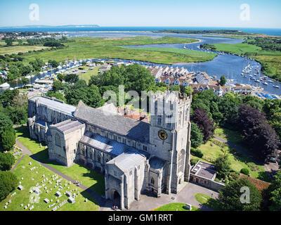 Luftaufnahme von Christchurch Priory in Christchurch, Dorset, England. Die nadeln Landspitze auf der Isle of Wight - Stockfoto