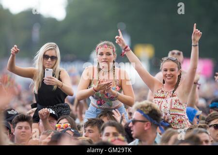 Musik-Fans beim V Festival in Hylands Park, Chelmsford, Essex 2016 - Stockfoto