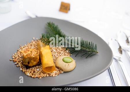 """Ersten Kurs an der """"Langen Tafel der Genusshauptstadt Graz"""" mit Pilzen und Kräutern auf Buchweizen auf graue Platte Stockfoto"""