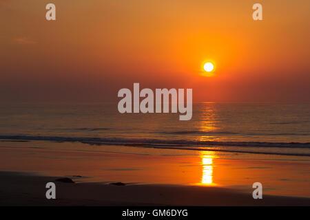 Rosa Sonnenuntergang im Meer. Indien, Andaman Island. Strand mit Welle - Stockfoto