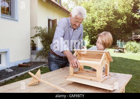 Familie Gemeinsam Ein Vogelhaus Bauen Stockfoto Bild 121739381 Alamy