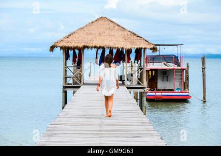 Frau zu Fuß auf einem hölzernen Pier, Koh Rong Saleom, Kambodscha - Stockfoto