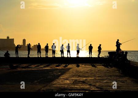 Jeden Tag treffen vor Sonnenuntergang, Dutzende von Fischern in dem Malecon (Hafen von Havanna).