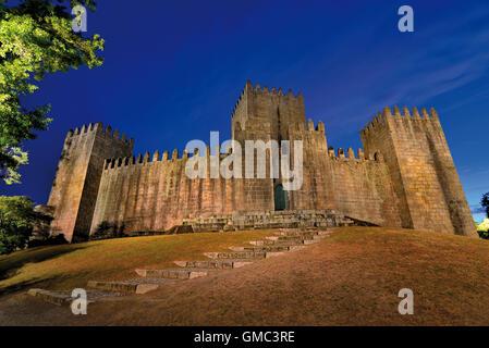Portugal: Nächtlicher Blick auf die mittelalterliche Burg von Guimaraes - Stockfoto