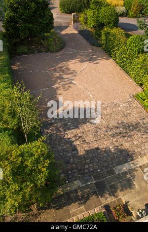 Hohen Blick über einen Vorgarten eines Hauses, gepflegten und kreativ gestaltete, mit Pflaster und Naturstein Pflastersteine - Stockfoto