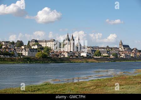 Blois Frankreich - das Chateau Royal, die Kirche des Heiligen Nikolaus und St. Lois Cathedral mit Blick auf die - Stockfoto