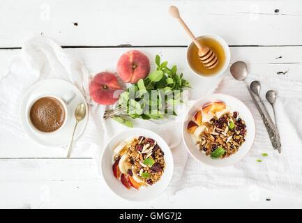 fr hst ck mit frischen griechischen joghurt m sli und beeren stockfoto bild 169291675 alamy. Black Bedroom Furniture Sets. Home Design Ideas