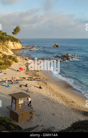 kleine Corona del Mar am Strand mit Bademeister Turm in der wohlhabenden Stadt Newport Beach, Kalifornien - Stockfoto
