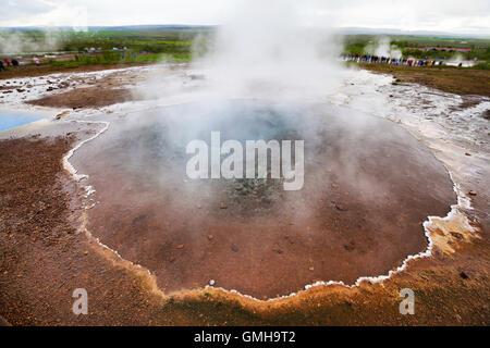 Mineralische Thermalquelle Blesi im Haukadalur Geysir-Tal, Island - Stockfoto