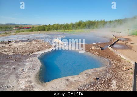 Mineralische Thermalquelle Blesi im Haukadalur Geysir geothermische Gebiet, Island - Stockfoto