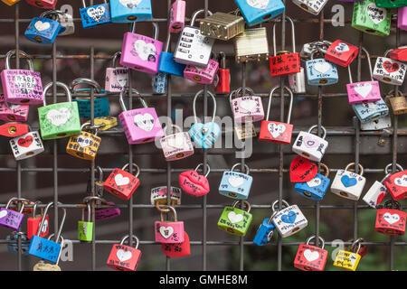 SEOUL, Südkorea - 9. August 2016: Schleusen auf Zaun am Namsan Tower als Zeichen der gegenseitigen Liebe. Schuss - Stockfoto