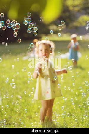 Entzückende Kinder die Seifenblasen - Stockfoto