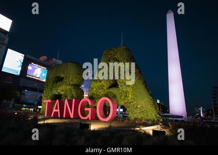 Buenos Aires, Argentinien - 15. August 2016: Tango Montage vor dem Obelisken. - Stockfoto