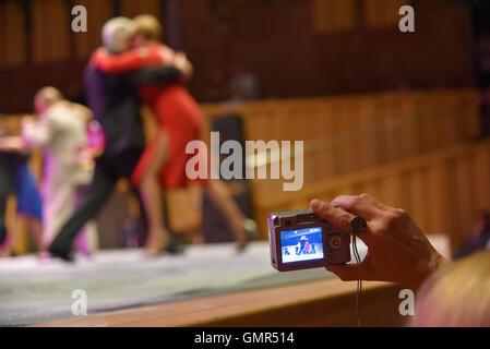 Buenos Aires, Argentinien - 14. Mai 2016: Zuschauer während der Runde des Tangos, auf die Stadtmeisterschaft Tango - Stockfoto