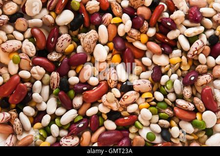 Vielzahl von bunt gemischten ungekocht trockene Bohnen füllen Rahmen - Stockfoto