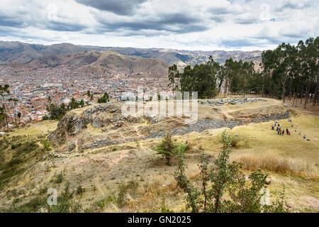 Q'enqo Landschaft, Ruinen Panorama eine archäologische Stätte von Inka im Heiligen Tal über Cusco, ein kulturelles - Stockfoto