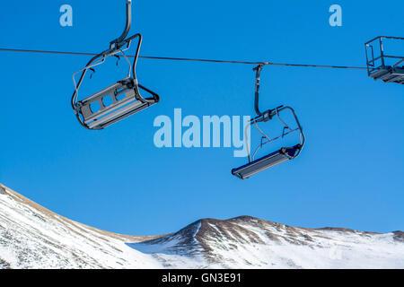 Sessellift und Schneemangel in einem Skigebiet in Frankreich