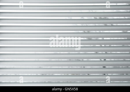 Halb geschlossenen metallischen Jalousien in einem Fenster - Stockfoto