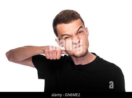 Junger Mann deutete eine Schneidbewegung auf den Hals auf weißem Hintergrund. - Stockfoto