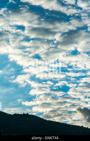 Schwere bewölktem Himmel über einen steilen Hang - Stockfoto