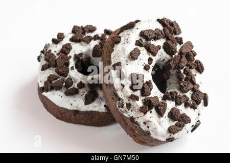 zwei Oreo Krapfen gemacht mit Oreo Cookie Stücken & mit Cremefüllung isolierten auf weißen Hintergrund - Stockfoto