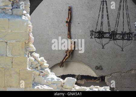 Accumoli, Italien. 29. August 2016. Erdbeben Aftermath - Jesus Kreuz gehängt und gebrochen in San Francesco Churc - Stockfoto
