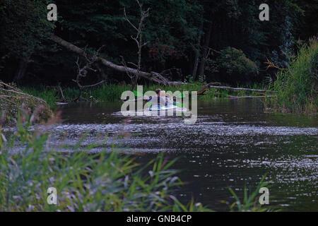 Kajak am Fluss Krutyn in der Krutynia Nature Reserve befindet sich in der Masurischen Seenplatte oder Masurischen - Stockfoto