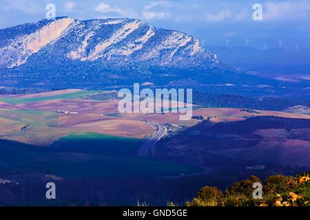 Landschaft mit A357 Autobahn in der Nähe von Ardales, Provinz Malaga, Andalusien, Südspanien.