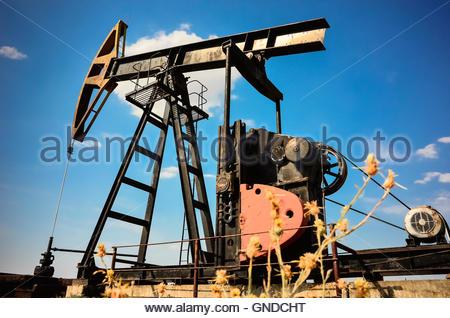 Crude Öl-Pumpe in Aktion im Bereich Öl und Gas über blauen Himmelshintergrund in Bulgarien, Europa - Stockfoto