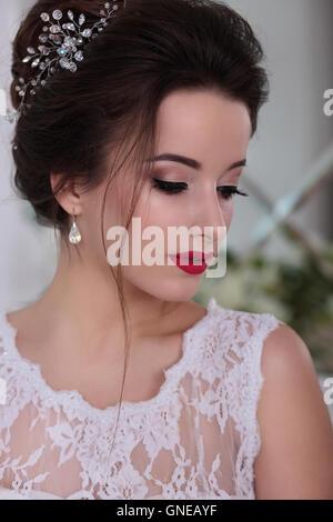 Braut-Porträt. Hochzeit Make-up, roten Lippen. Clip im Haar. - Stockfoto