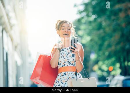 Paris, Frau shopping Avenue Montaigne - Stockfoto