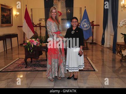 Jakarta, Indonesien. 30. August 2016. Königin Maxima (L) der Niederlande schüttelt Hände mit indonesische Außenminister - Stockfoto