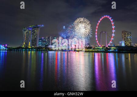 Silvester Silvesterfeuerwerk über dem Skyline der Stadt, Marina Bay, Singapur - Stockfoto
