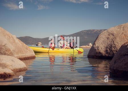Mutter Kajak mit zwei Kindern, Lake Tahoe, Kalifornien, USA - Stockfoto