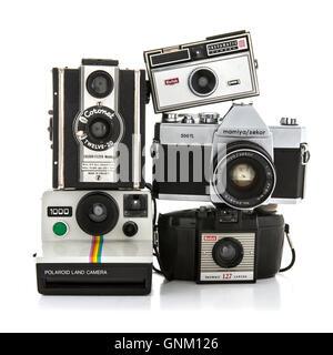 Sammlung von alten Kameras auf weißem Hintergrund