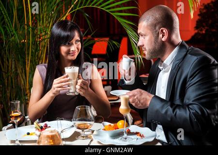 Schönes paar in Liebe Kaffeetrinken im restaurant - Stockfoto