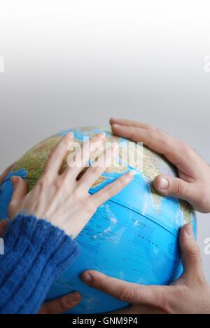Teamwok Konzept mit den Händen auf der ganzen Welt - Stockfoto