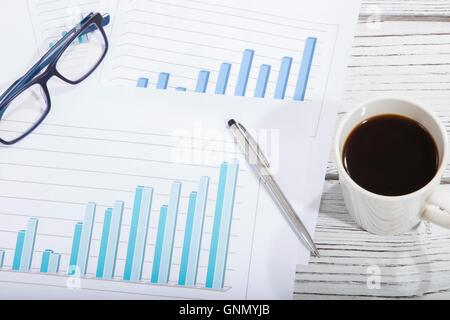 Mischung von Bürobedarf und Gadgets auf einem Holztisch Hintergrund. Ansicht von oben - Stockfoto