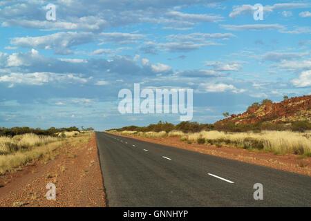 Endlose rote Outback Road in der Nähe der Karijini Nationalpark, Pilbara, Western Australia - Australien - Stockfoto