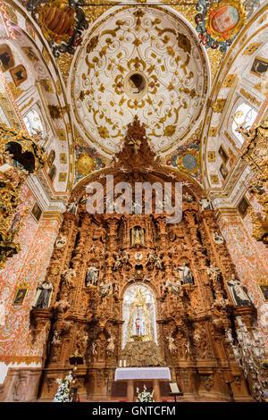 Barocken Altaraufsatz. Iglesia Nuestra Señora del Carmen, im Mudéjar-Stil Gebäude & Barockstil. Antequera, Provinz - Stockfoto