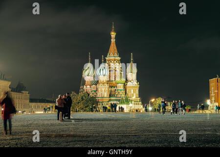 Basilius Kathedrale auf dem Roten Platz in Moskau bei Nacht - Russland - Stockfoto