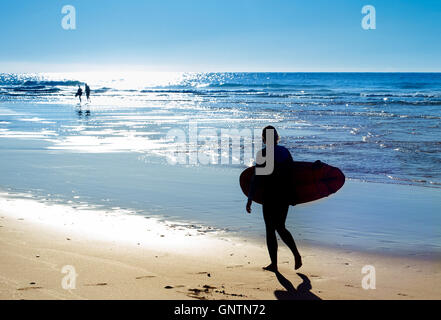 Silhouette eines Surfers am Ocean beach - Stockfoto