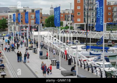 """Gunwharf Quays Promenade in Portsmouth an einem kalten Tag """"Sommer"""". - Stockfoto"""