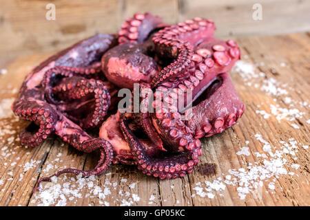 Frischer Tintenfisch auf Schneidebrett eine typische Zutat für die gesunde italienische Küche - Stockfoto